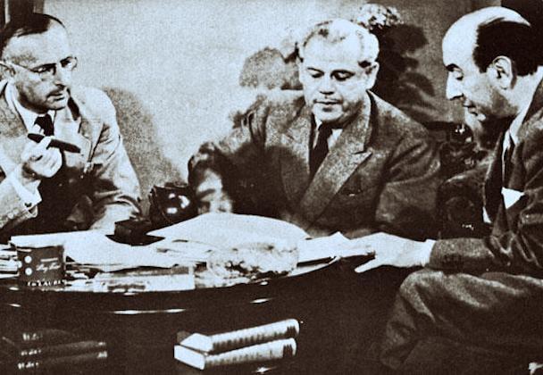 Major Max Waibel (links), Internatsleiter Max Husmann und der italienische Baron Luigi Parrilli beraten 1945 in Zürich über ein Kriegsende in Italien.