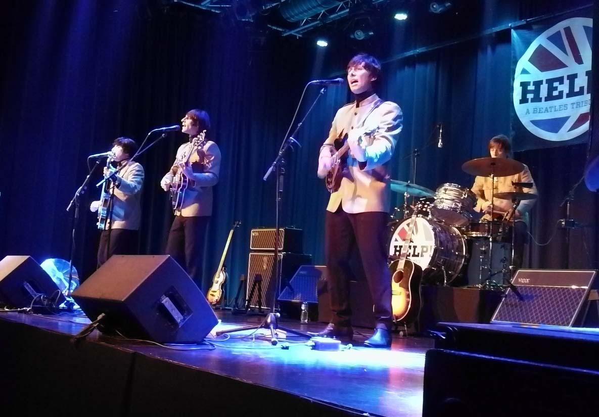 Auch die Instrumente und das Aussehen der Musiker kam fast an das Beatles-Original heran.