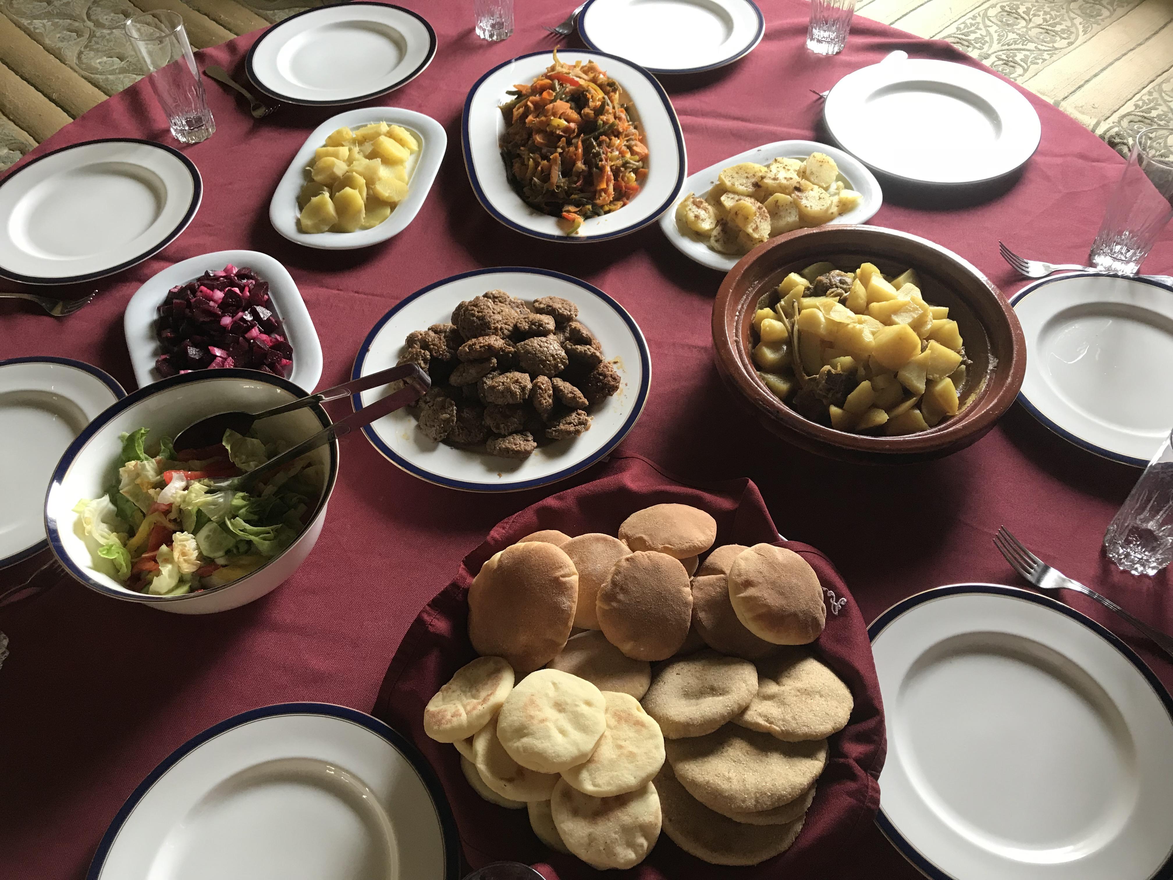 Vielfältige Speisen auf dem Familientisch.