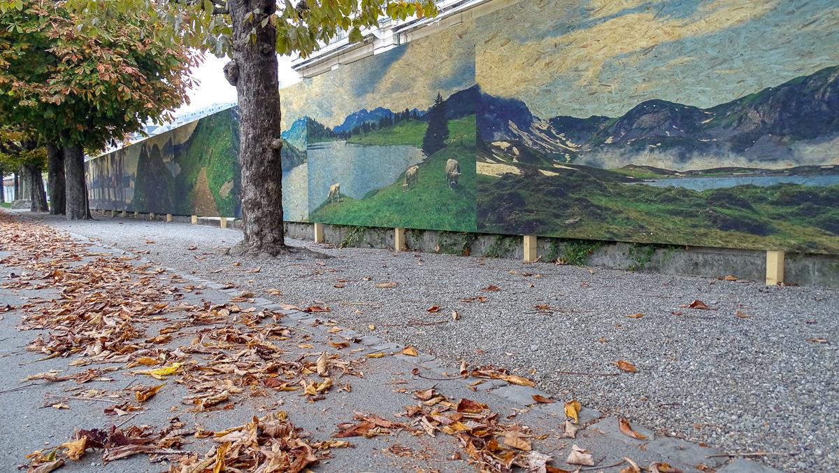 Die Riesen-Fotos beim Palace fügen sich gut in die herbstliche Szenerie am Quai.