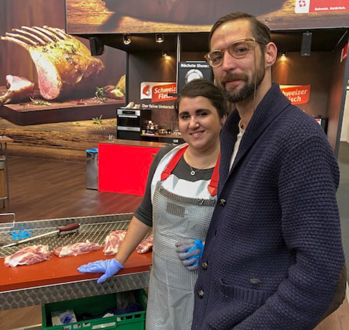 Die Autorin mit Koch Moritz Stiefel am Fleischstand, wo man das richtige Ausbeinen selber ausprobieren kann.