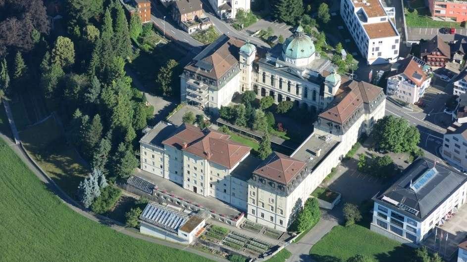 Eine grosse Kiste: Das Kloster der Schwestern vom Heiligen Kreuz in Menzingen wird derzeit umgebaut und soll dereinst geschützt werden. Das wird auch die Gemeinde Geld kosten.