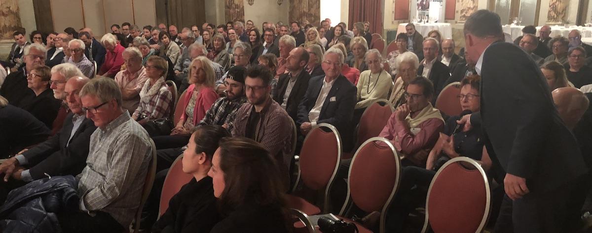 Fast voller Schweizerhofsaal: Rund 100 Interessierte verfolgten die Diskussion, rechts Moderator Eiholzer.