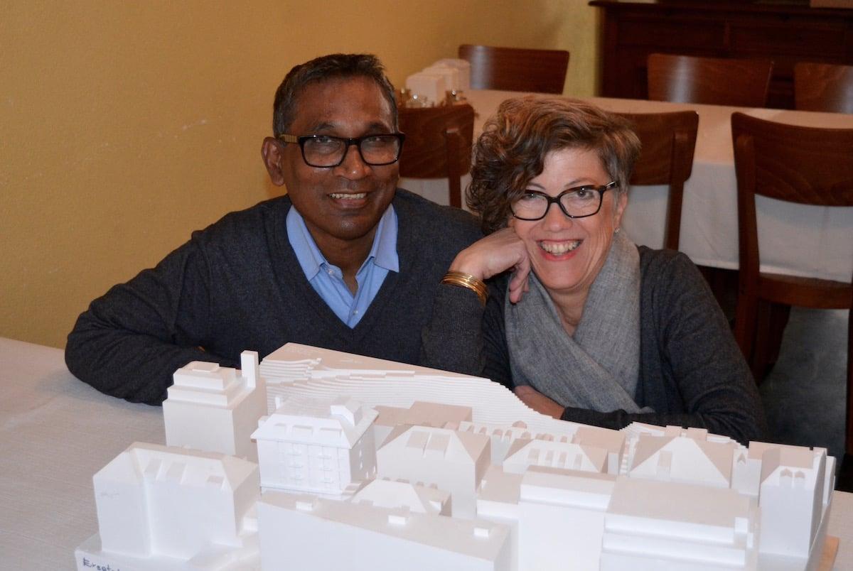Ratan Ashrafuzaman und Bernadette Bucher Ashrafuzaman vor dem Gipsmodell ihres neuen Projekts.