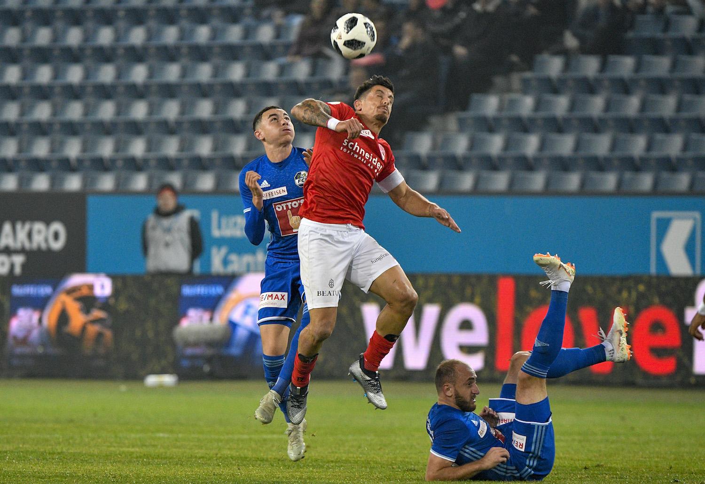 Das Alphatier des FC Thun, Dennis Hediger, hier im Zweikampf mit Ruben Vargas und Valeriane Gvilia.
