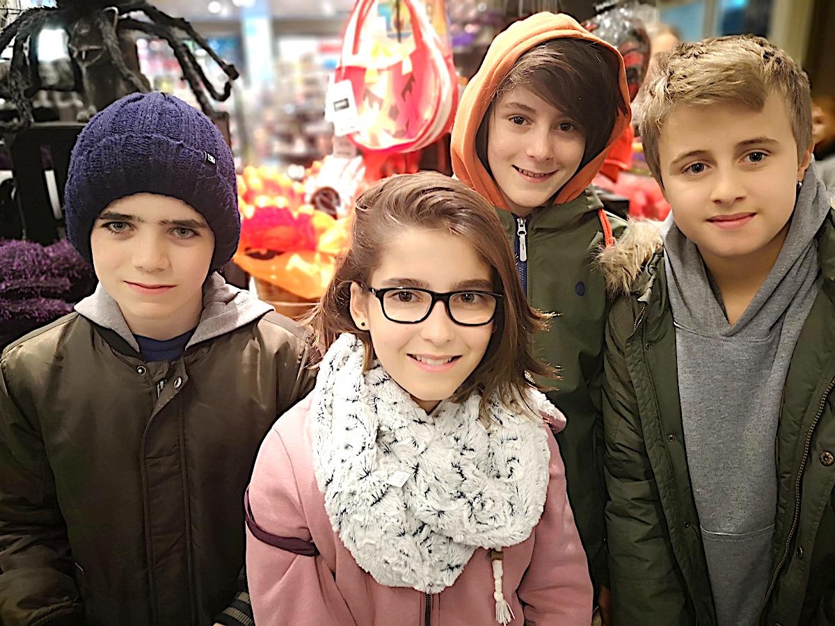 … die vier Schüler aus dem Zuger Herti-Quartier (von links): Mikel, Adriana, Jann und Mattia.