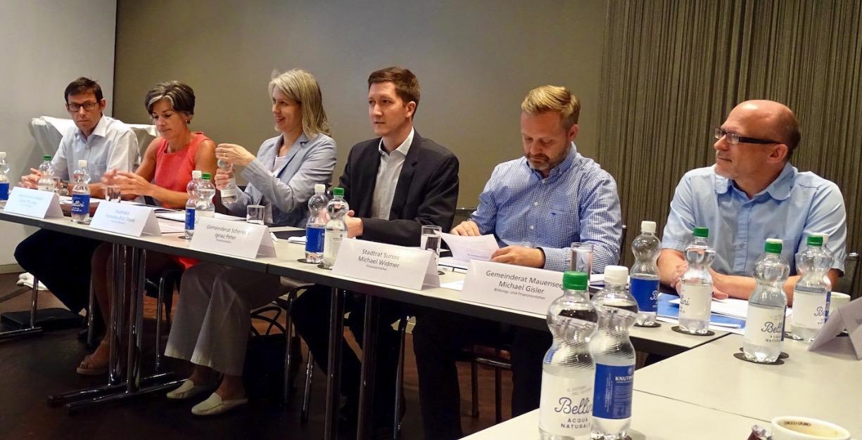 Bereits Anfang Juni wehrten sich Gemeindevertreter von ressourcenstarken Gemeinden gegen die AFR18. Franziska Bitzi Staub und Ignaz Peter befinden sich in der Bildmitte.