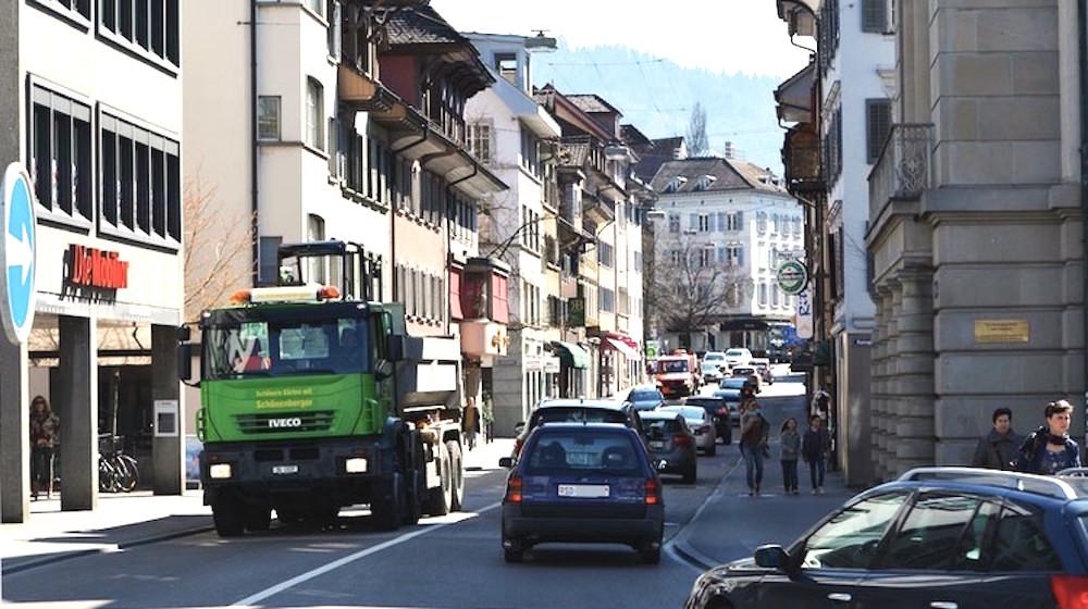 Blick vom Postplatz in Richtung Neugasse: Auch hier soll nach Plänen des Kantons künftig Tempo 30 gelten – obwohl der Verkehr schon aufgrund des hohen Fahrzeugaufkommens immer wieder stockt.