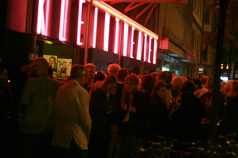 Sehen und gesehen werden vor dem Kleintheater: Die Jubiläumssause zog viel Publikum an.