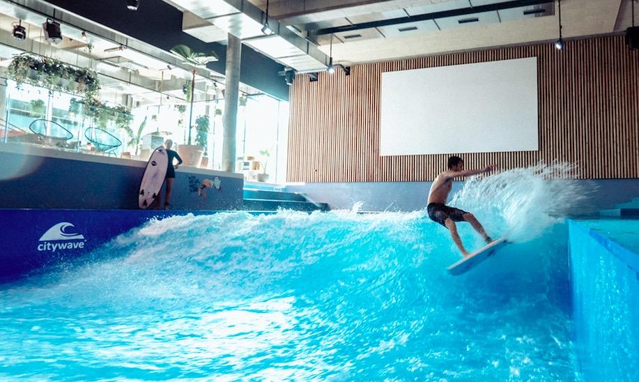 In der Mall of Switzerland ging die erste stehende Welle der Schweiz in Betrieb.
