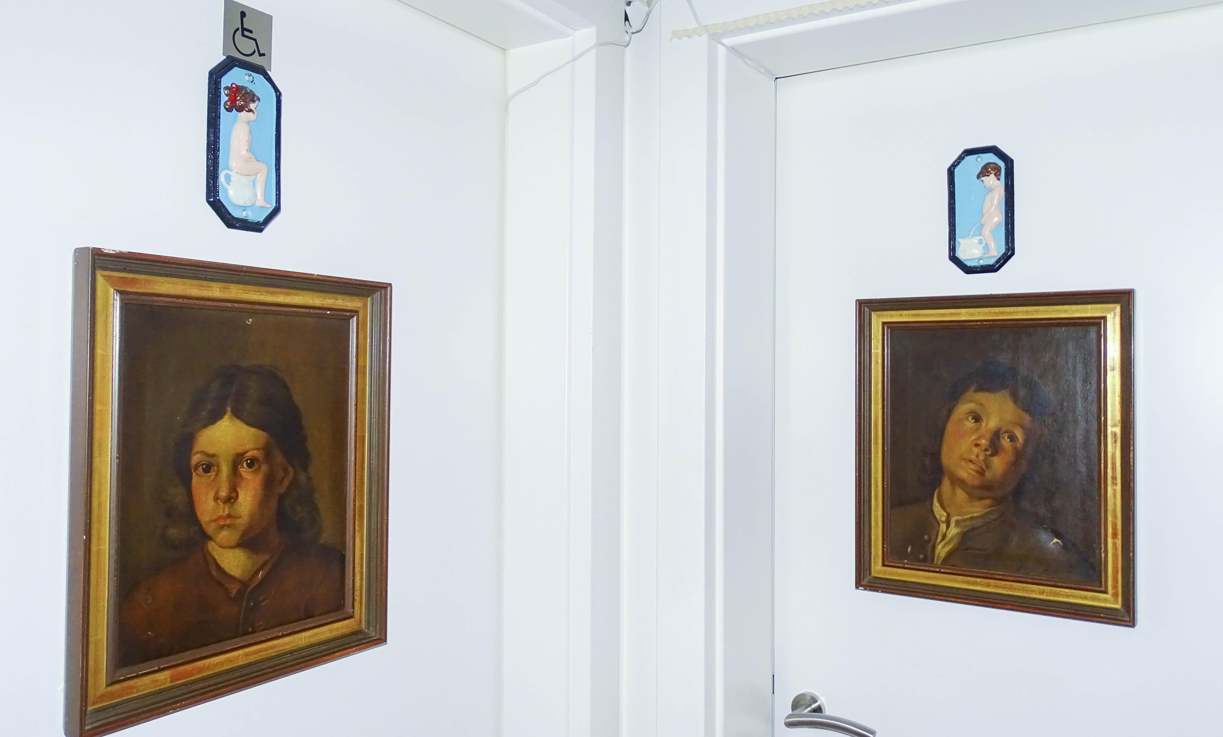 Mit echten Ölfarben gemalt: die Gemälde an den Toilettentüren des «Soul Chicken».