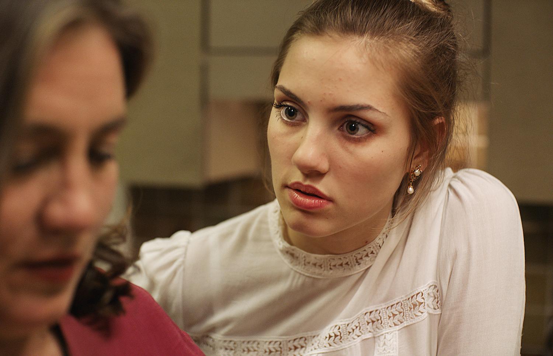 Lena (Zsofia Körös) gerät mit ihrer Mutter aneinander.