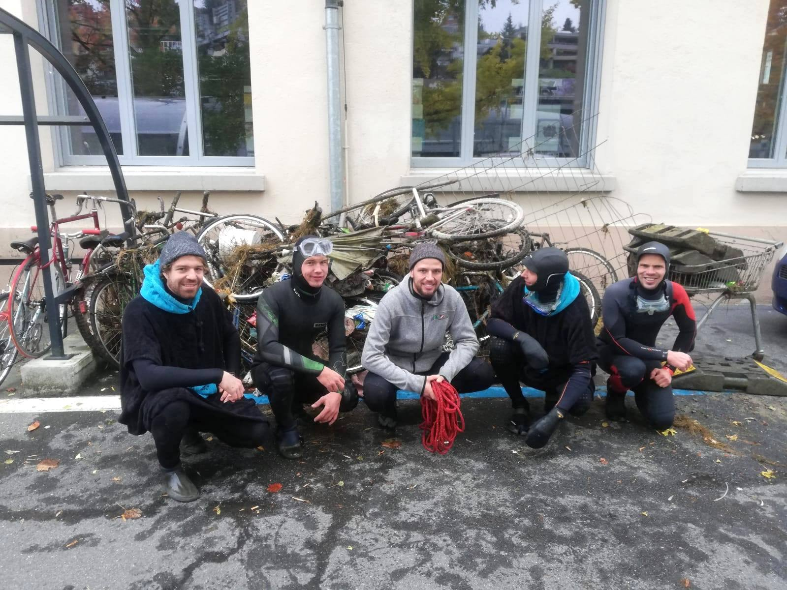 Dieses Team hat sich bei 11 °C Lufttemperatur in die Reuss gewagt.