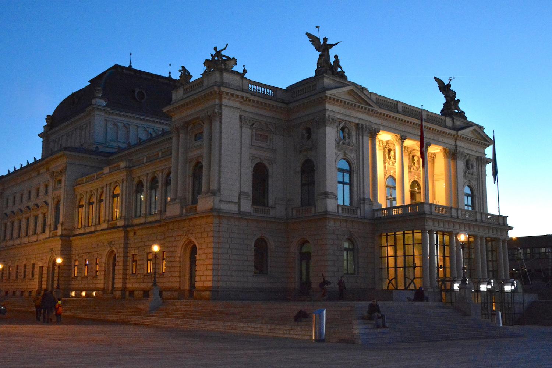 Das Zürcher Opernhaus im Abendlicht.