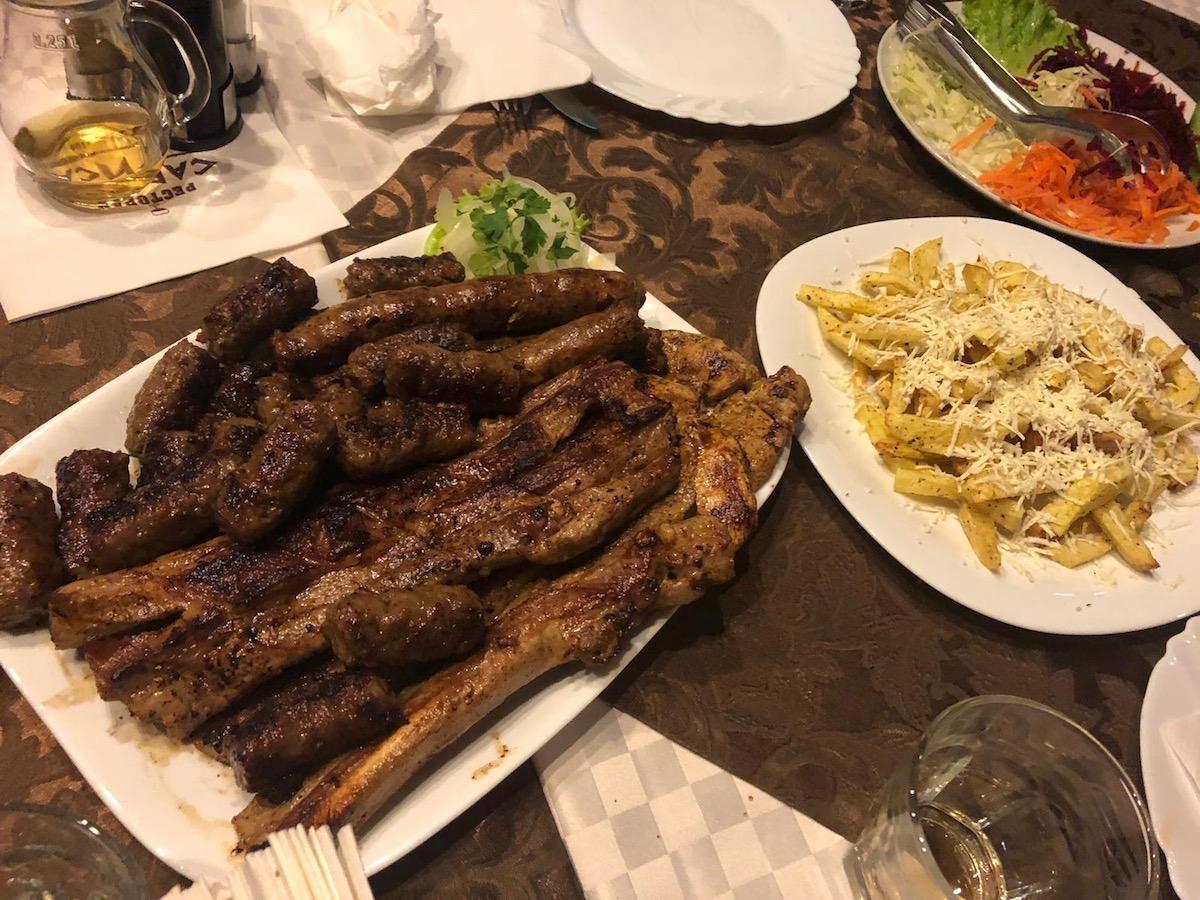 Alles andere ist Beilage: Essen in Mazedonien.