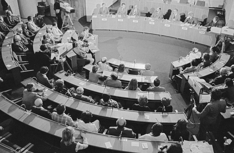 Parteivertreter des Grossen Rates vor den Fernsehkameras, 1975.