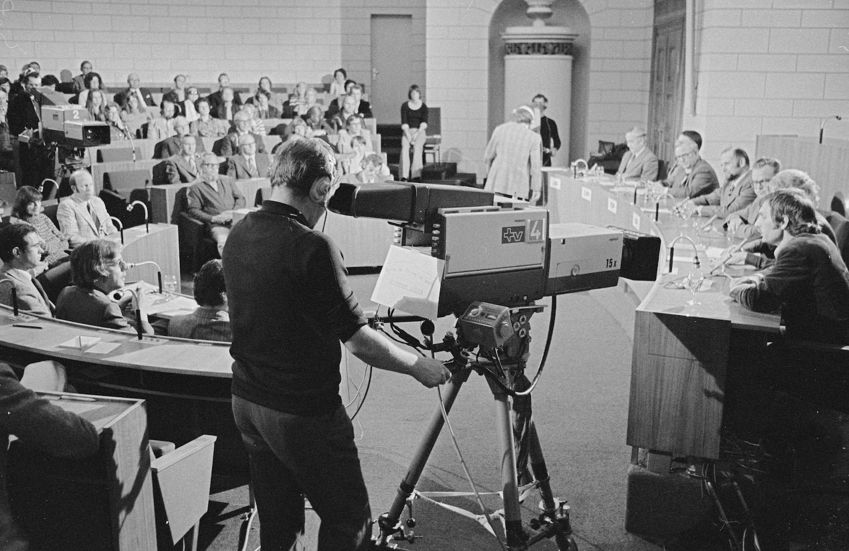 Grossratsaal Luzern 1975. Parteivertreter vor den Fernsehkameras.