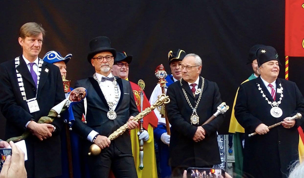 LFK-Präsident Mike Hauser (links) mit dem Präsidenten der Maskenliebhaber-Gesellschaft Mike Oswald, Erwin Kretz von den Fidelitas Lucernensis und Wey-Zunftmeister Jörg Krähenbühl.