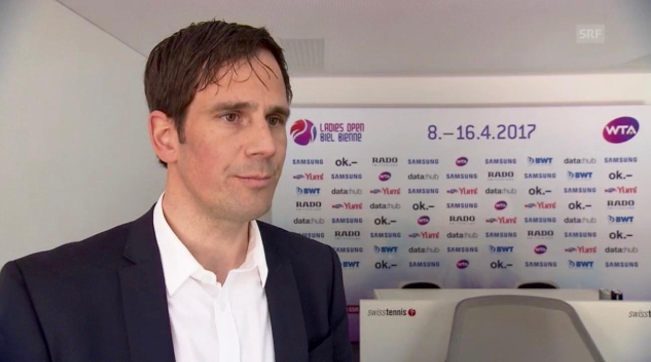Lukas Troxler gibt anlässlich der ersten Austragung des WTA-Turniers in Biel dem Schweizer Fernsehen SRF ein Interview.