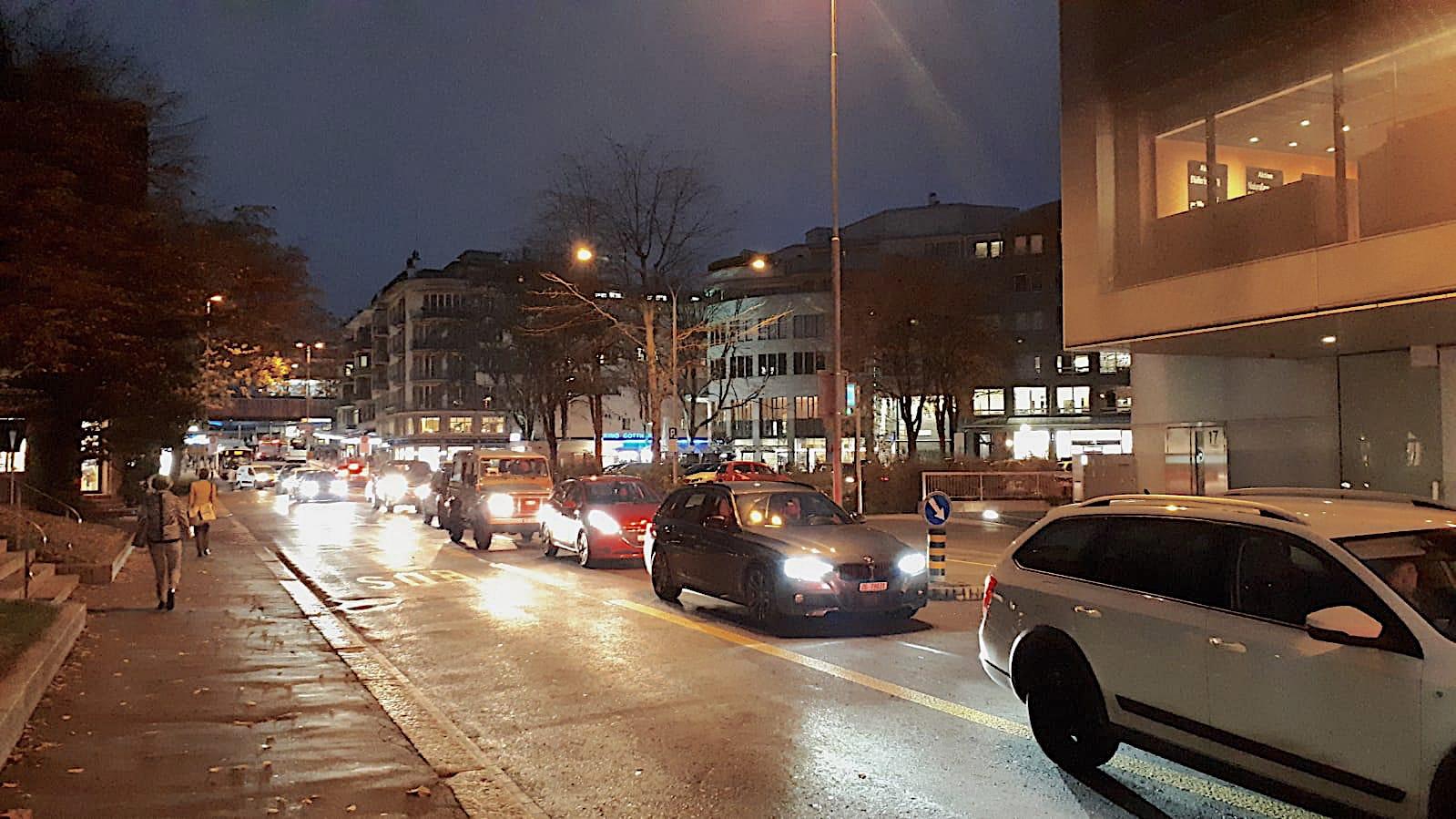 Heute: Zuger Alpenstrasse in Blickrichtung des Bahnhofs – mit Stau und Tempo 50.