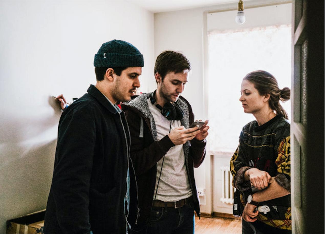 Am Drehset mit dem Autor Adrian Spring in der Mitte. (Bild: SRF/Naomi Salome)