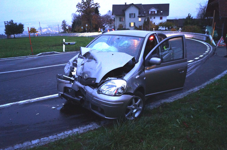 Das Auto des Junglenkers erlitt Totalschaden (Bild: Zuger Strafverfolgungsbehörde)