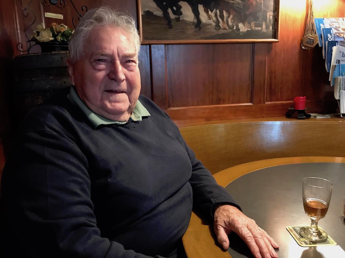 Hansruedi Langenegger sitzt mit am Stammtisch in der «Braui». Jeden Tag trifft er dort seine Freude.