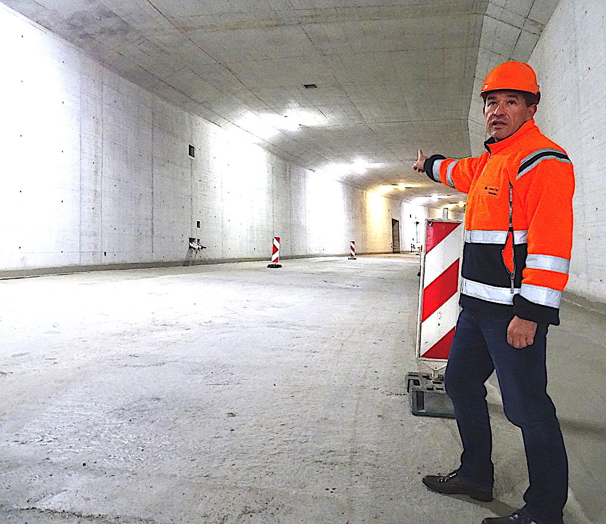 Hier gehts lang – der «Herr der Tangente» Bruno Christen im Geissbüel-Tunnel. Im Januar 2019 soll der Rohbau des Tunnels fertiggestellt sein.