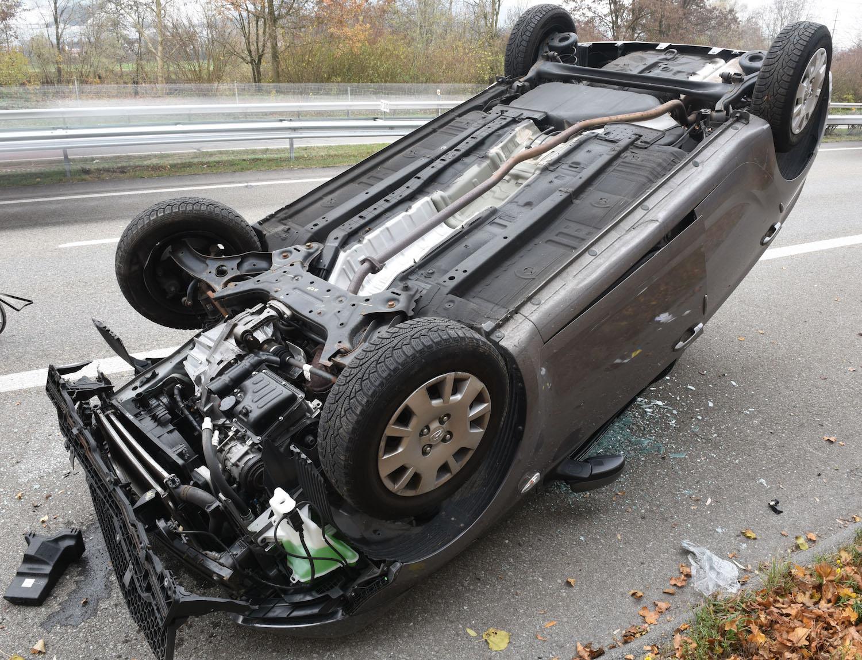Die Autofahrerin wurde leicht verletzt, das Fahrzeug erlitt Totalschaden.