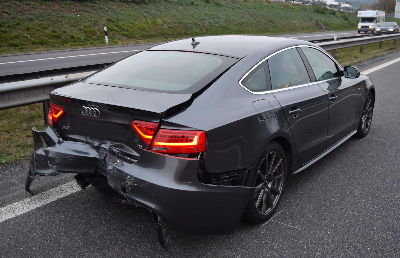 Das Heck des Audis wurde arg in Mitleidenschaft gezogen.