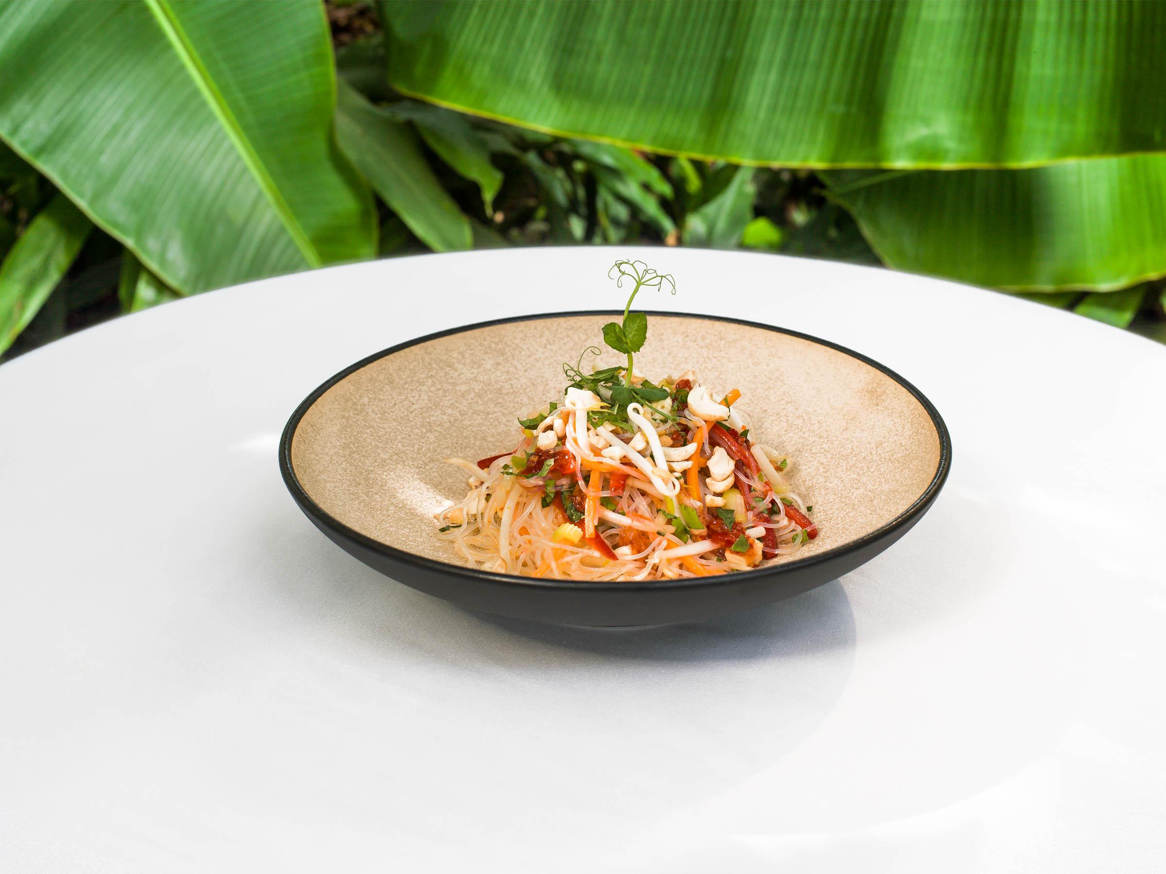 Lecker und exotisch zugleich: Glasnudelsalat mit Karotten, Sellerie, Mungosprossen, Cashewkerne – angereichert mit Süsser Chili-Sauce vom Tropenhaus.