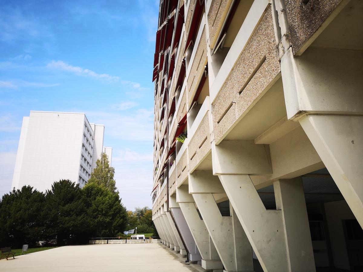 Mit Corbusier-Schick im Erdgeschoss: Eines der Scheibenhäuser in Inwil. Beton mit architektonischer Qualität.