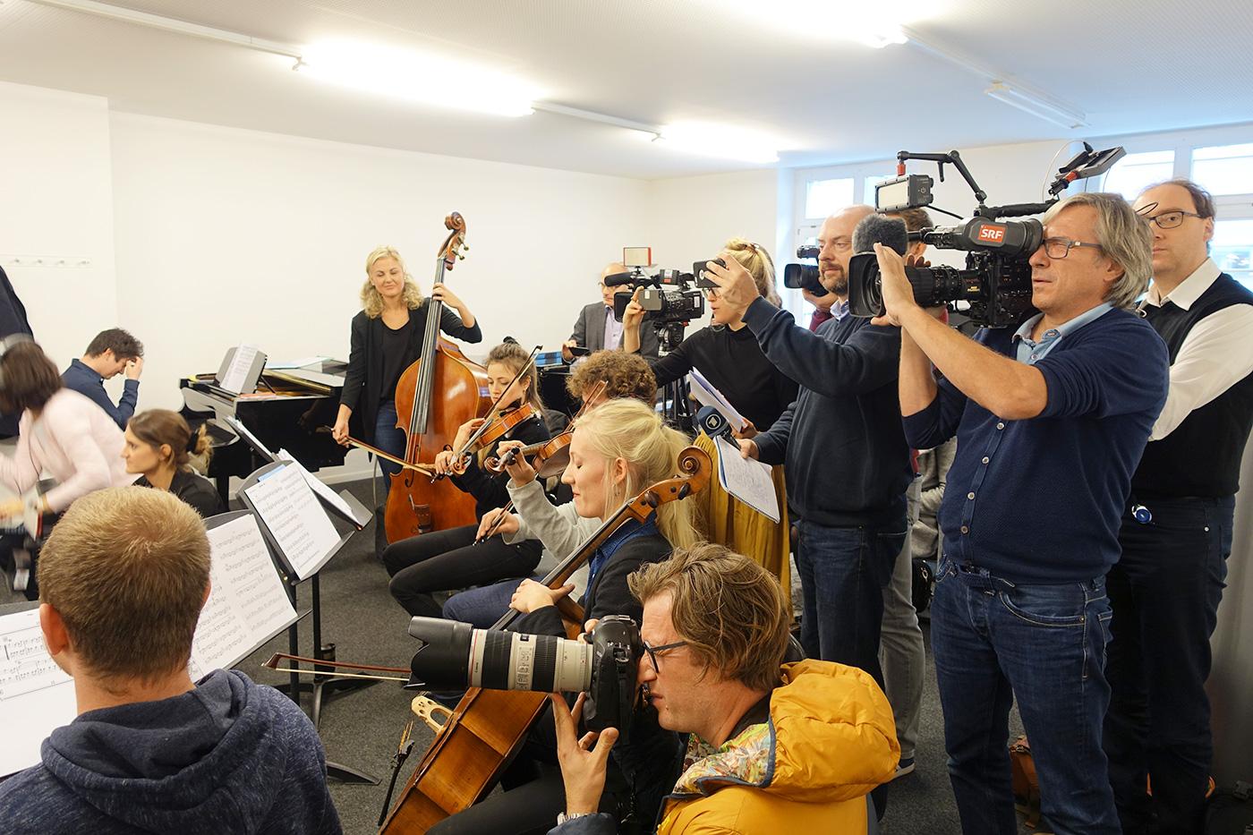 Grosses Medieninteresse: Kameras mischen sich unter die Instrumente.