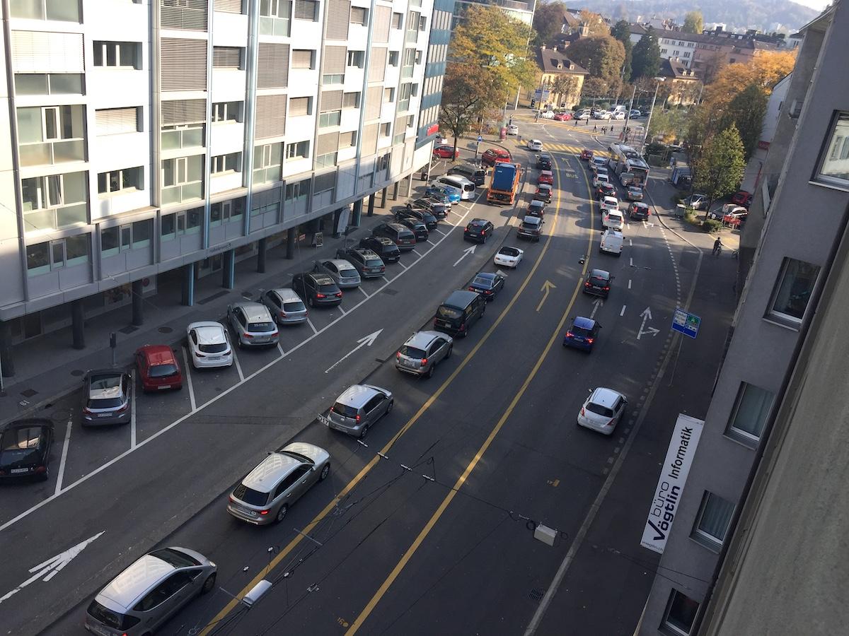 Die Verkehrsführung auf dem Hallwilerweg heute. Die Y-Lösung schlägt vor, die Spur links für den Gegenverkehr zu öffnen – die Parkplätze müssten weg.