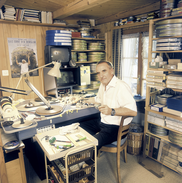 Erich Langjahr am Schneidetisch in seinem Atelier in Root.