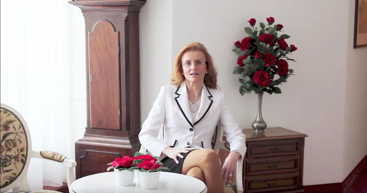 Selbstbewusst, auch ohne Kampfsport: Hoteldirektorin Brigitte Heller in ihrem Hotel Monopol.