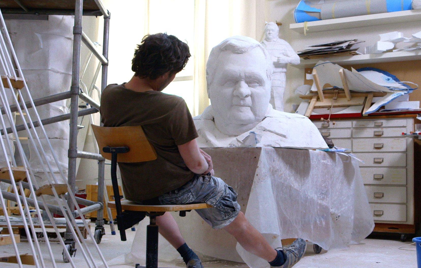 Christoph Fischer im stillen Dialog mit der Skulptur von Strassenwischer Heinz Gilli.