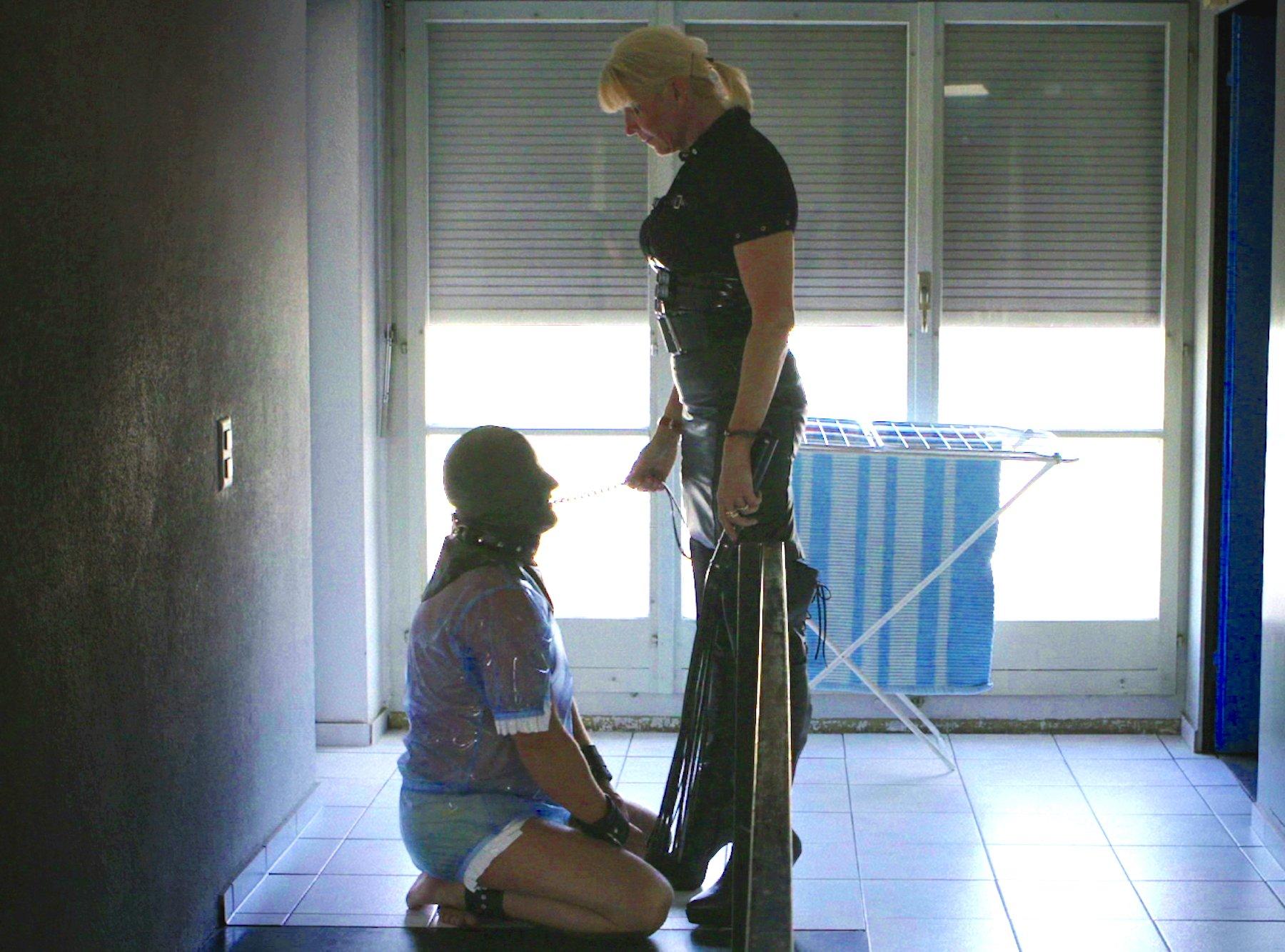 Die Psychologin und Domina Connie Baumgartner mit ihrem Putz-Sklaven an der Baselstrasse Luzern im Film «Rue de Blamage».