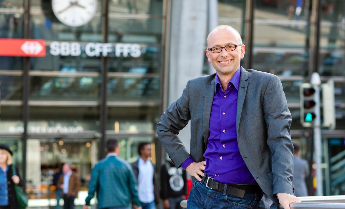 Nicht nur Nationalrat, sondern auch begeisterter SBB-Fahrer: Michael Töngi vor dem Bahnhof Luzern.