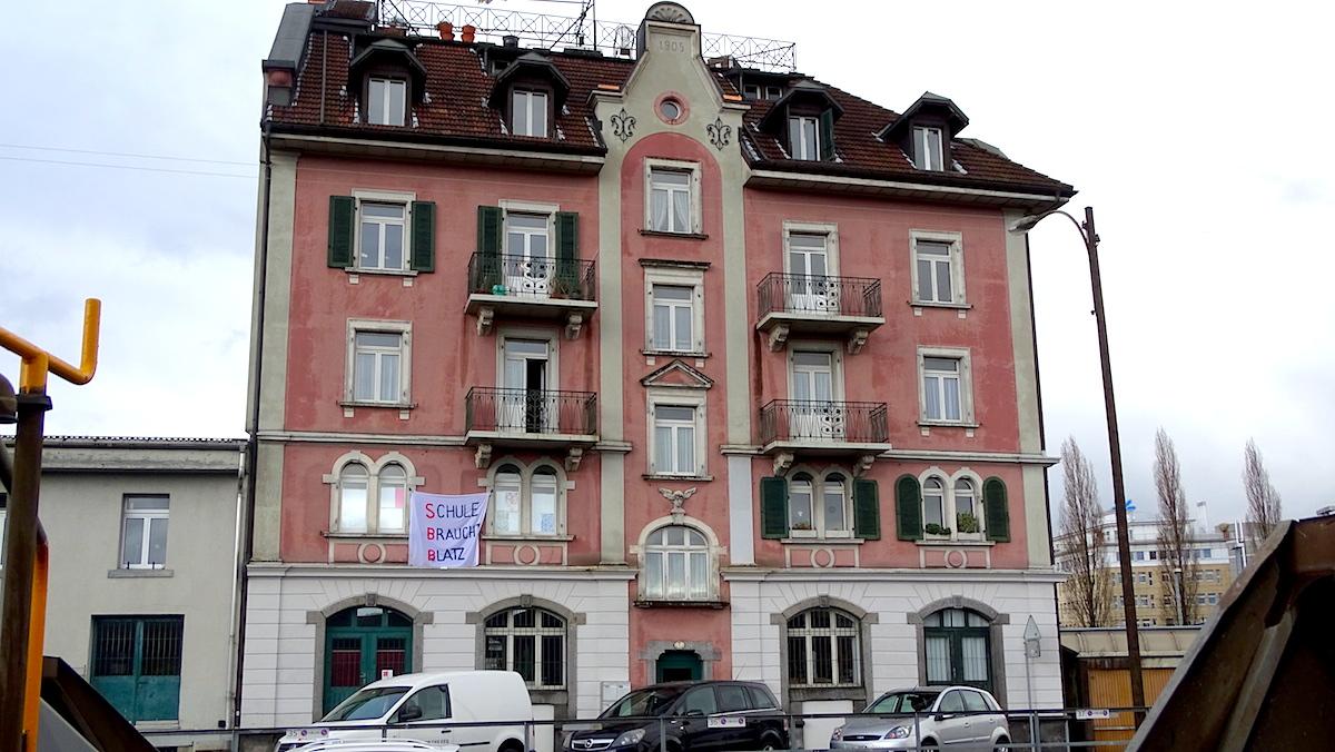An der Güterstrasse 7 wurde eine Wohnung im ersten Stock besetzt. Andere Wohnungen des Gebäudes sind gleichzeitig noch bewohnt.