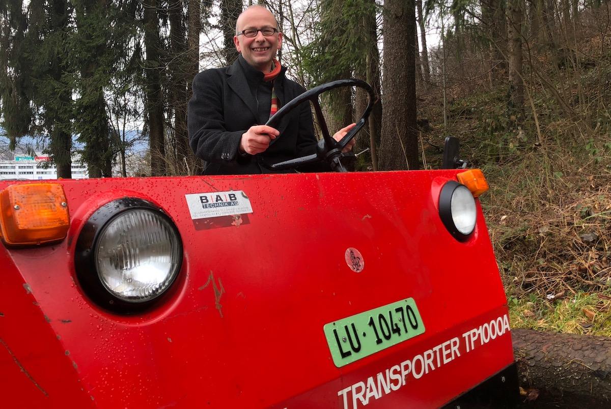 Könnte wohl bald auf seinen knatschroten Traktor umsteigen: der Krienser Michael Töngi.