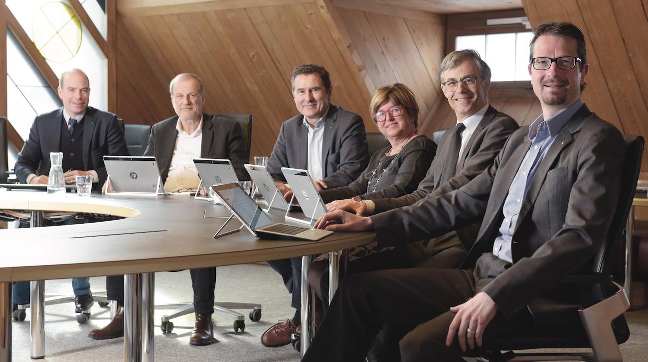 Der papierlose Stadtrat (von links): Stadtschreiber Martin Würmli, Dolfi Müller, André Wicki, Vroni Straub, Karl Kobelt und Urs Raschle.