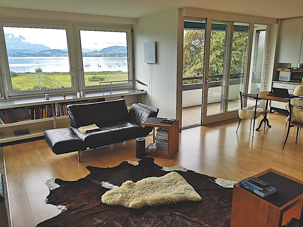 Eine schönere Aussicht gibt's in Zug fast nicht: Ausblick aus dem Wohnzimmer in einem Hochhaus-Apartment im Chamer Alpenblick.