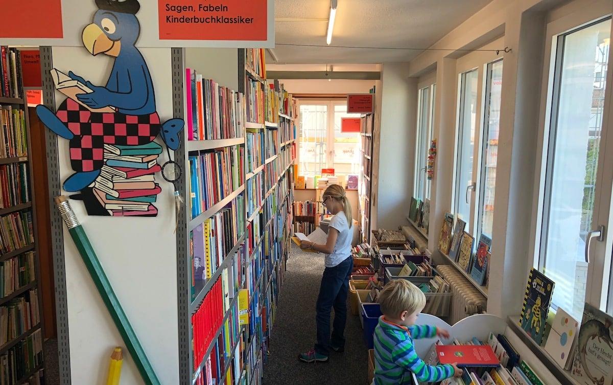 Auch Kinder können hier verweilen: Ecke mit Büchern für Junge.