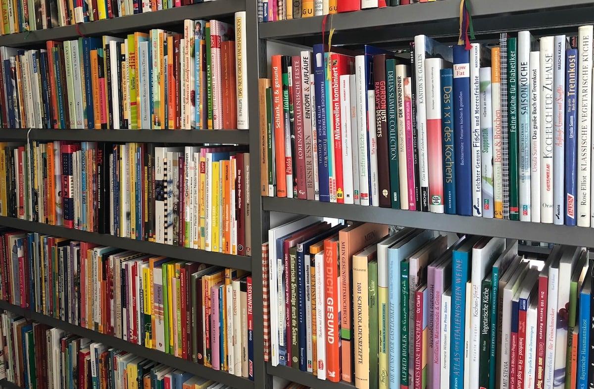 29 verschiedene Genres: bis unter die Decke stapeln sich die Bücher.