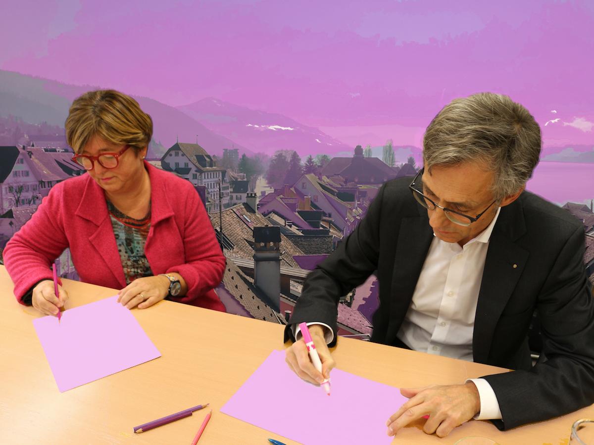 Die beiden Stadträte Vroni Straub und Karl Kobelt malen sich ihre Stadt rosa.