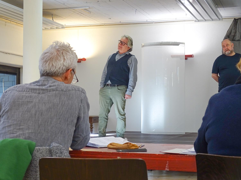 Schumacher (Rémy Frick, rechts) redet dem tanzwilligen Schicker (Erwin Egloff) ins Gewissen. Im Vordergrund Regisseur Yves Raeber.