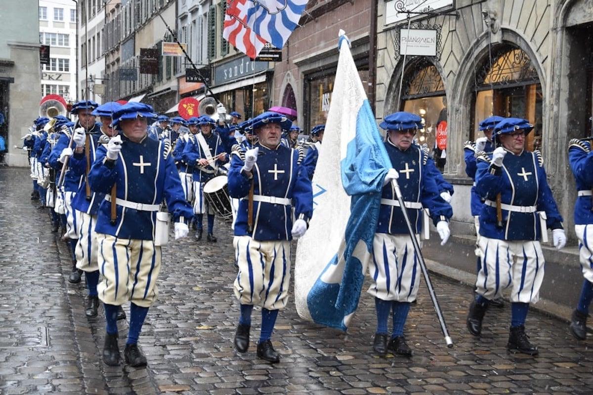 Die «Marching Band» der Feldmusik bei einer Parade in der Luzerner Altstadt.