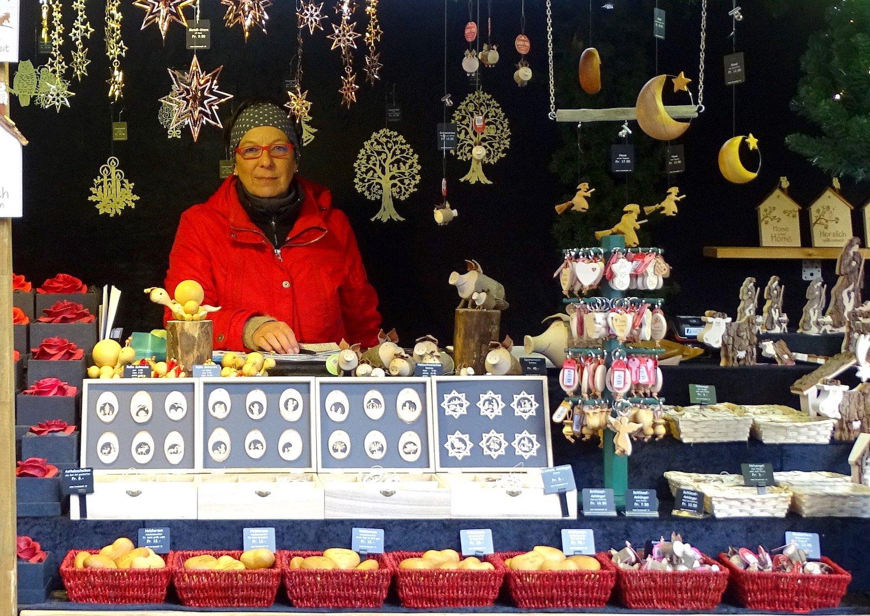 Erica Gabriel verkauf seit mehreren Jahren Kerzen, Holzschnitte, Badeutensilien und Schlüsselanhänger am Weihnachtsmarkt auf dem Franziskanerplatz