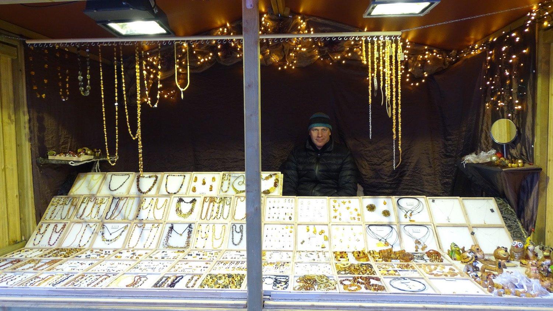 Jonas Vitkevice verkauft bereits seit vier Jahren auf dem Luzerner Weihnachtsmarkt seinen Schmuck.